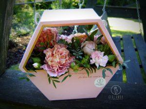 Flowerbox z różowych kwiatów mieszanych 1
