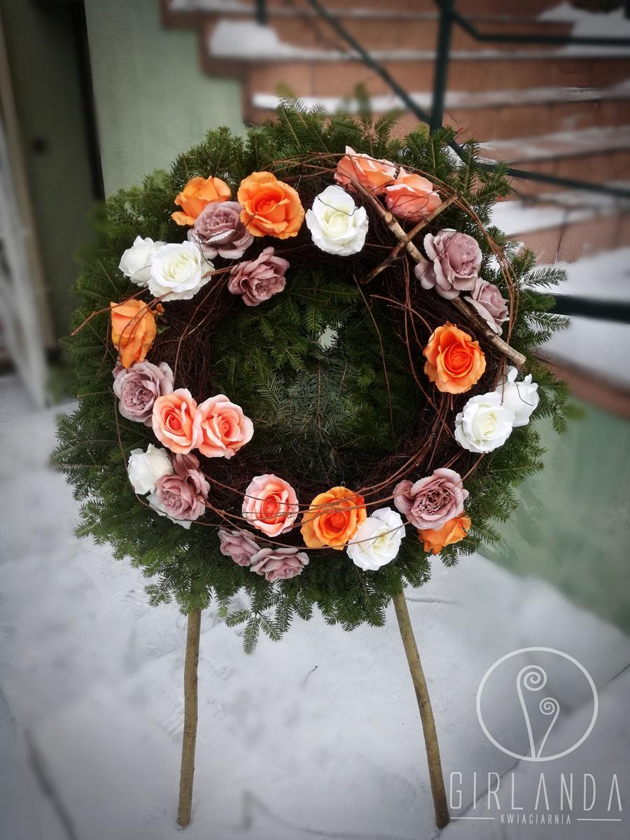 Wieniec okrągły z kwiatów sztucznych na podkładzie