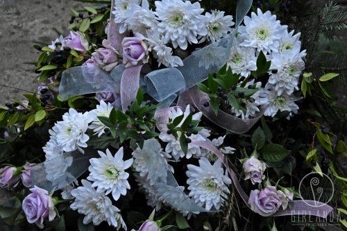 Wiązanka pogrzebowa w jasnych kolorach z kwiaciarni internetowej Girlanda