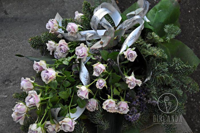 Wiązanka pogrzebowa z jasnych kwiatów dostępnych w ofercie kwiaciarni Białystok