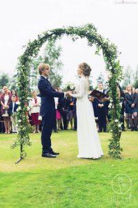 Para Młoda na ślubie w plenerze