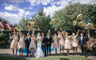 Grupa osób z kwiatami od Girlanda Białystok