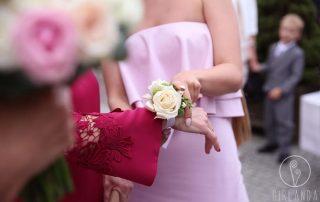 Kwiatowe wyróżnienie rodziców w dniu ślubu przez Młodych Białystok