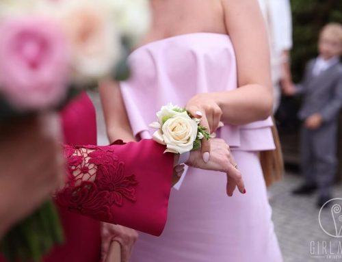 Wspaniałe kwiatowe wyróżnieniaRodziców w dniu ślubu