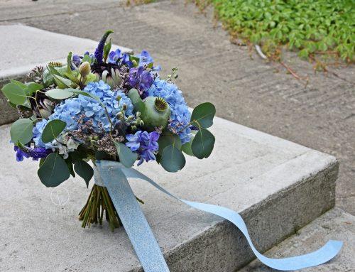 Niebiesko nam… i Pannom Młodym. Bukiety ślubne z niebieskich kwiatów