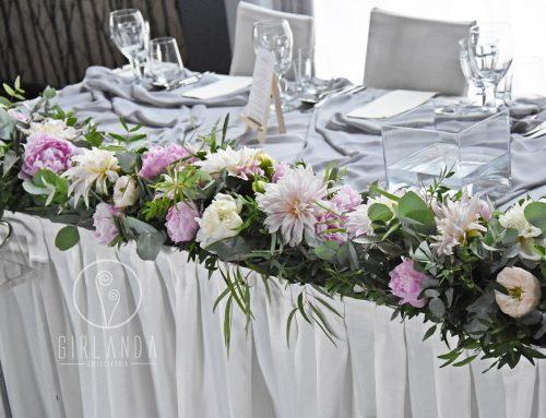 Ciekawe pomysły na kwiatową dekorację stołu Młodej Pary
