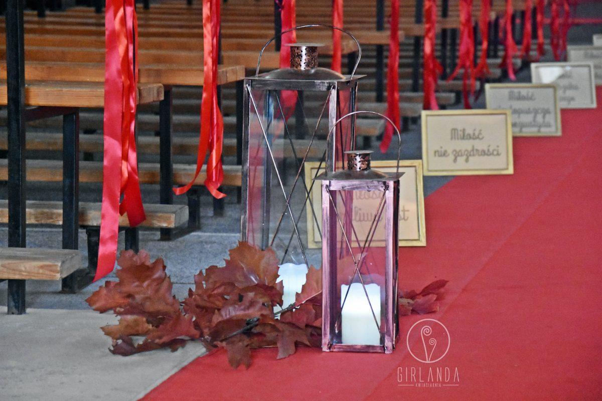 Czerwona, jesienna dekoracja kościoła