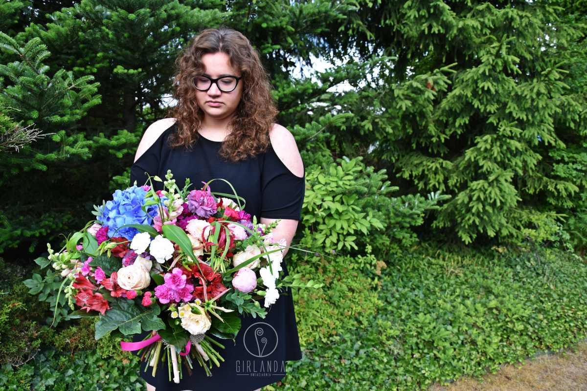 Duży, kolorowy bukiet kwiatów mieszanych