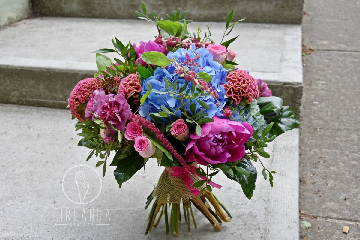 Kolorowy bukiet kwiatów z niebieską hortensją