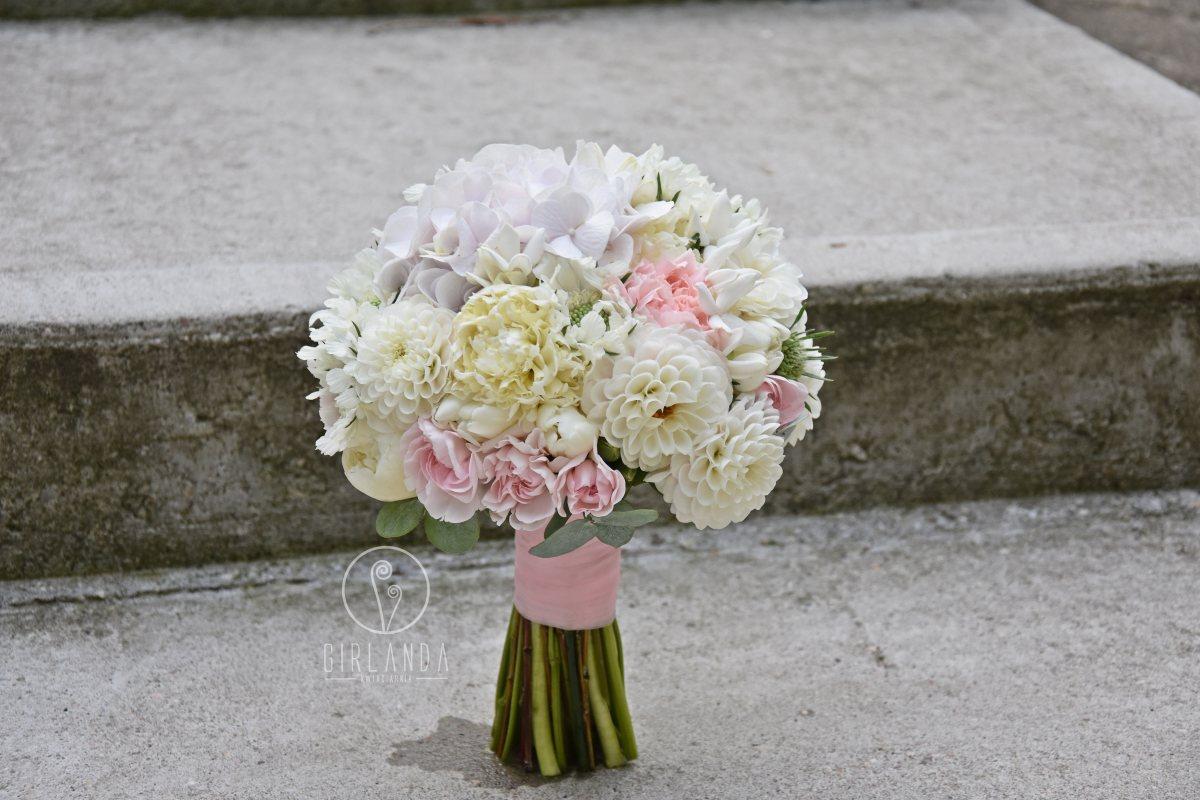 Pastelowy bukiet ślubny w stylu glamour daliami i piwoniami