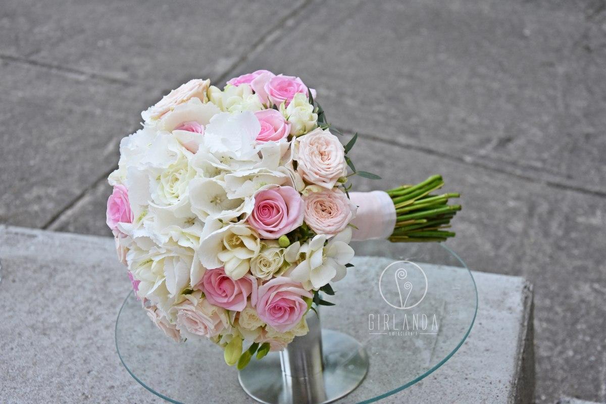 Pastelowy bukiet z frezji, róż i hortensji