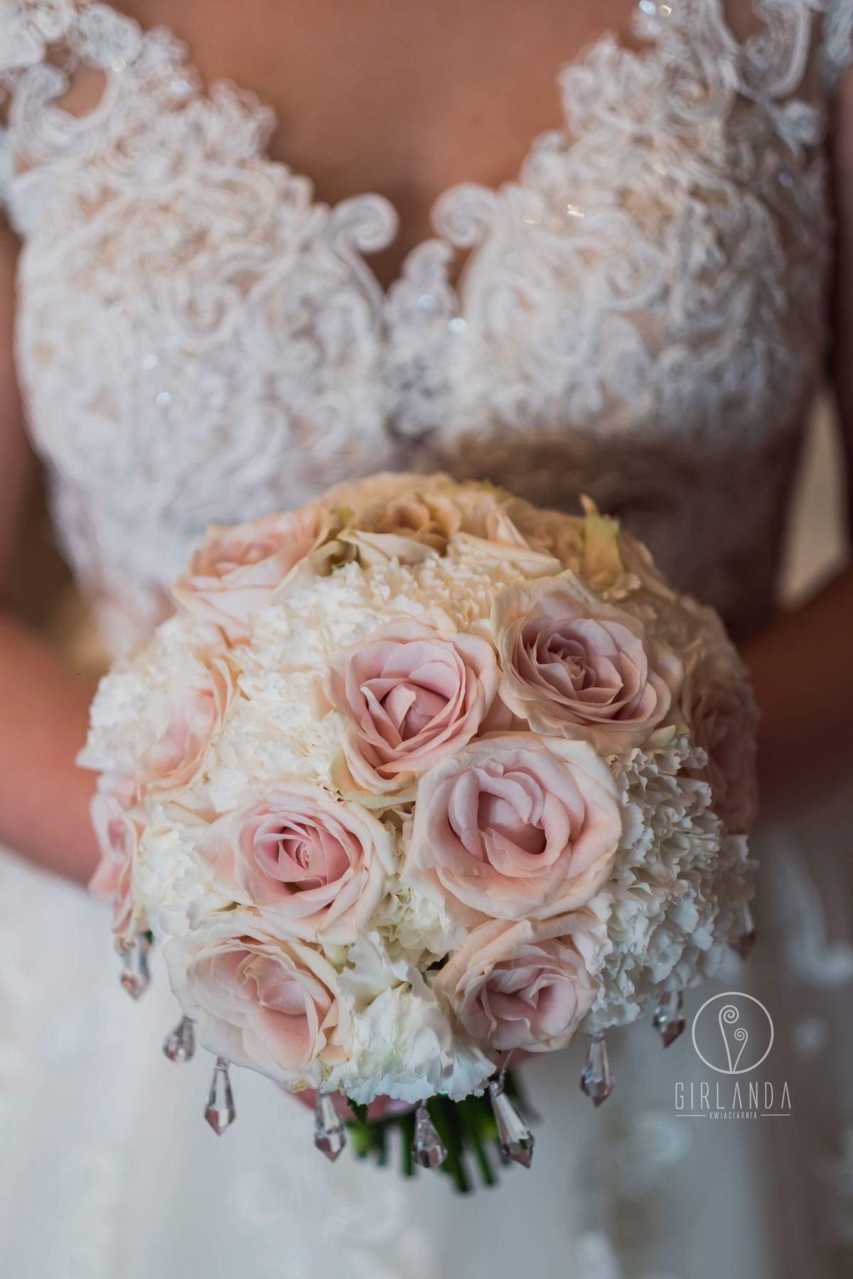 Romantyczny bukiet ślubny z pastelowymi różami i kryształkami, fot. Artur Sokołowski-fotografia