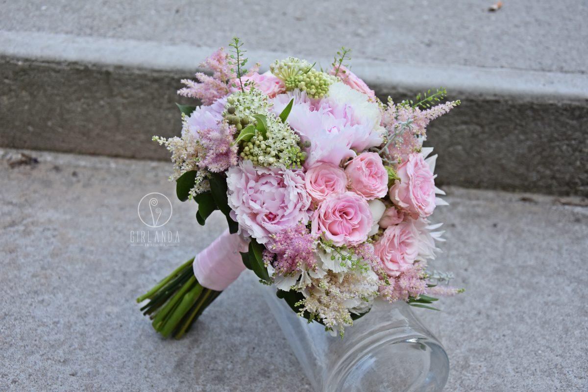 Romantyczny, pastelowy bukiet ślubny różami i piwoniami