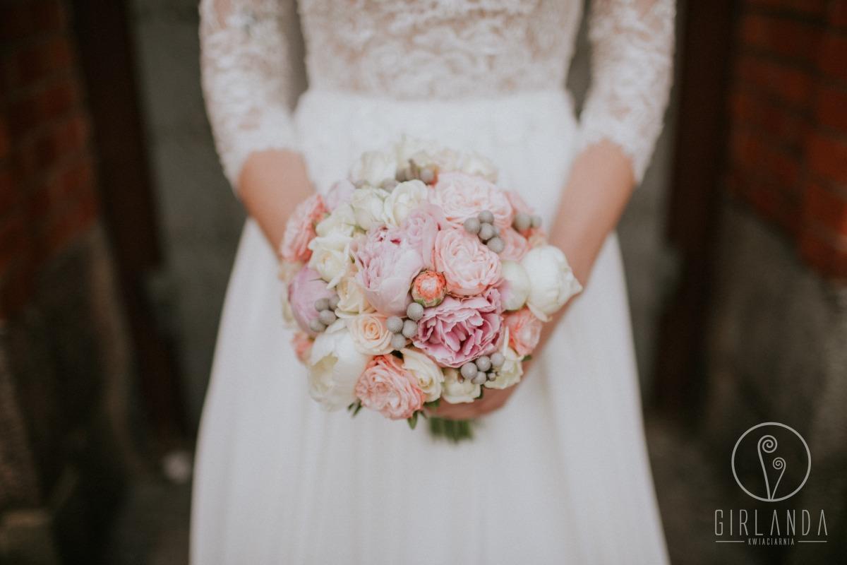 Romantyczny, pastelowy bukiet ślubny z pełnymi różami i piwoniami, fot. Anna Suchocka