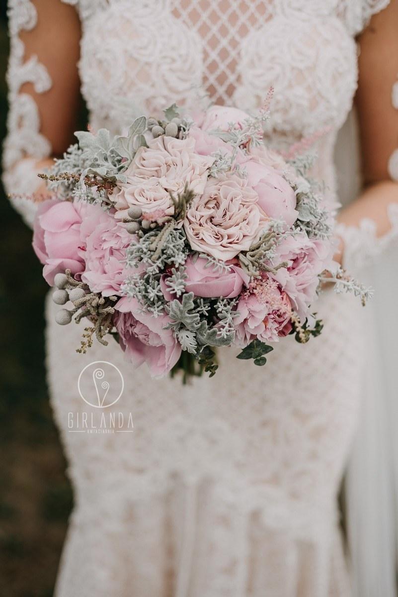 Romantyczny, pastelowy bukiet ślubny z pełnymi różami i piwoniami, fot. Marek Twarowski Foto