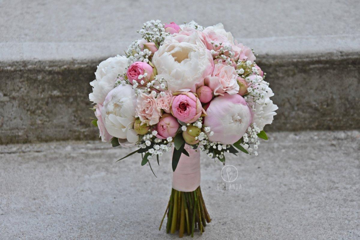 Różowy, pastelowy bukiet ślubny z piwoniami