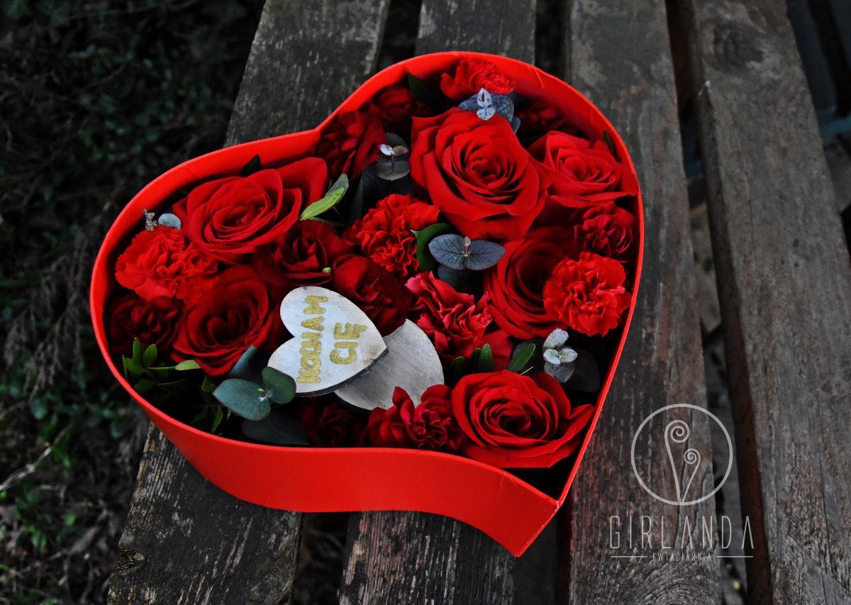Czerwone kwiaty w pudełku