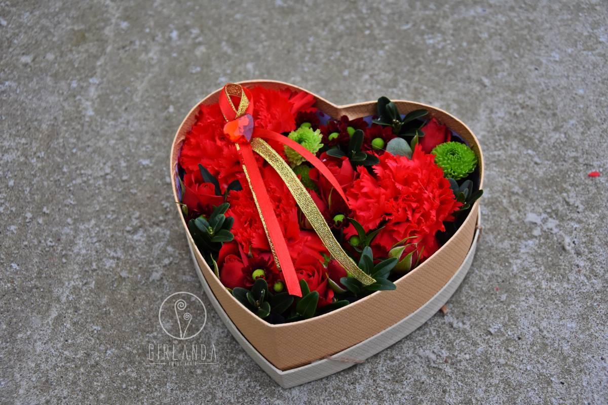 Czerwony flowerbox w kształcie serca