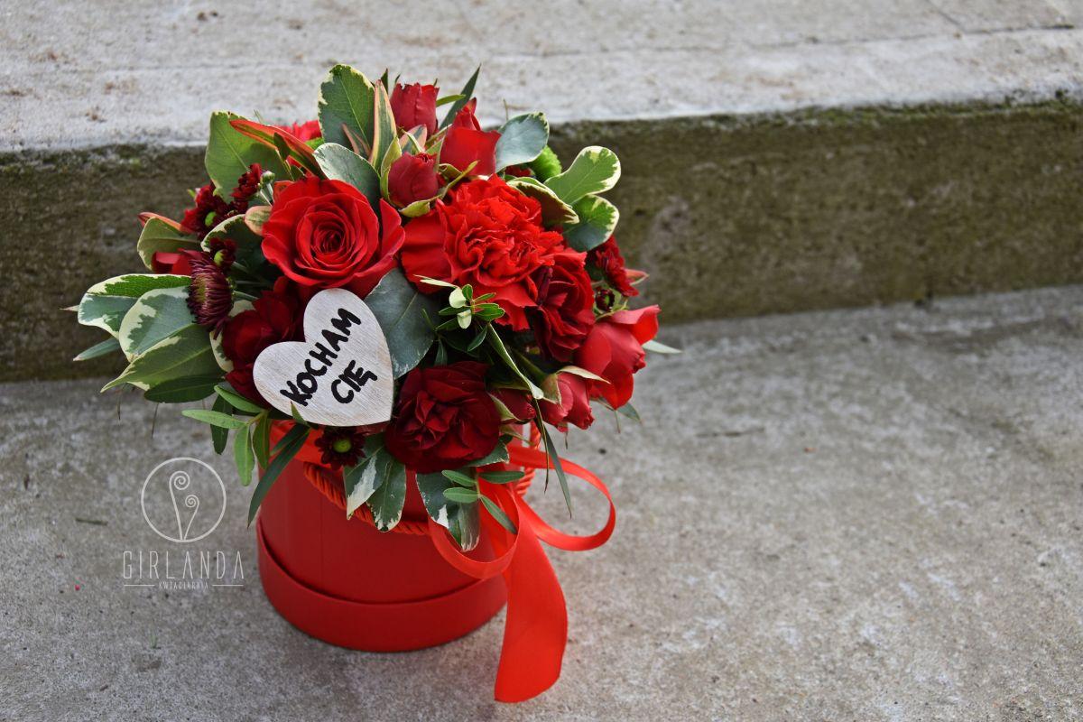 Czerwony flowerbox z napisem Kocham Cię