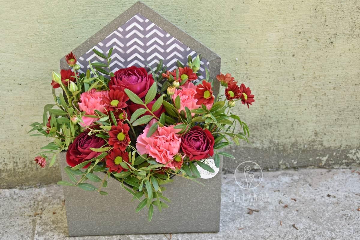 Flowerbox z czerwonymi kwiatami