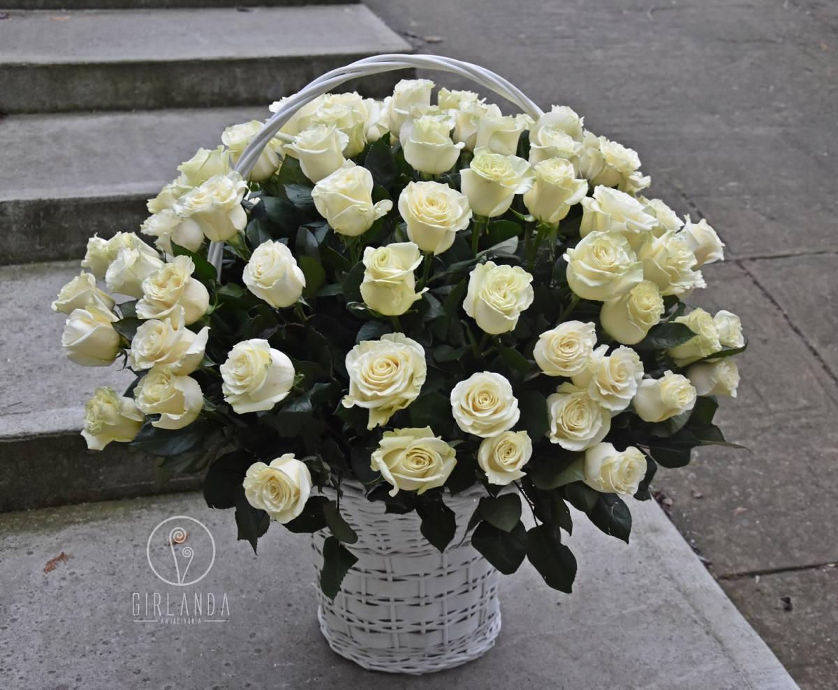 Kosz białych róż