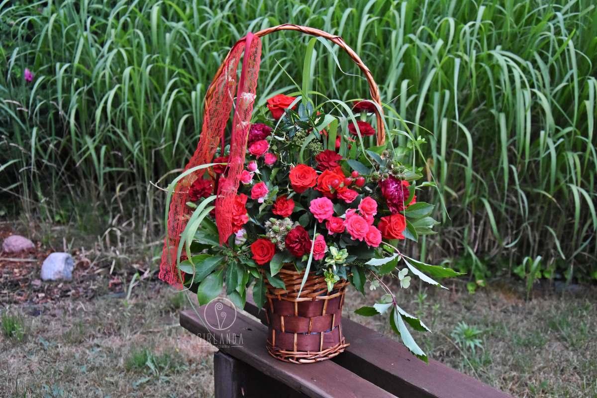Walentynkowy kosz czerwonych kwiatów