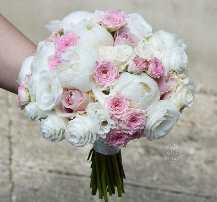Bukiet ślubny z białą eustomą, różami, różami gałązkowymi i piwonią