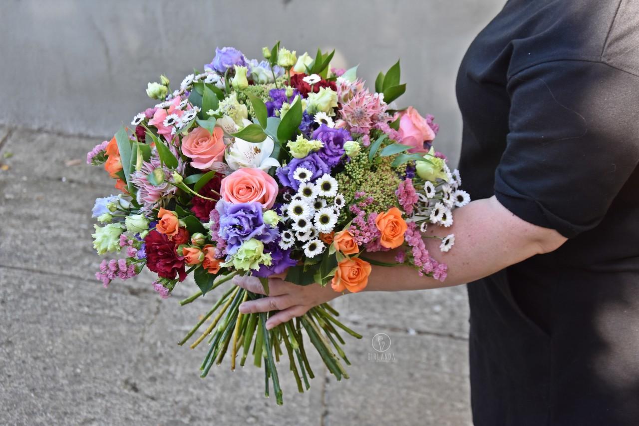 Bukiet urodzinowy z kwiatów mieszanych z fioletową eustomą