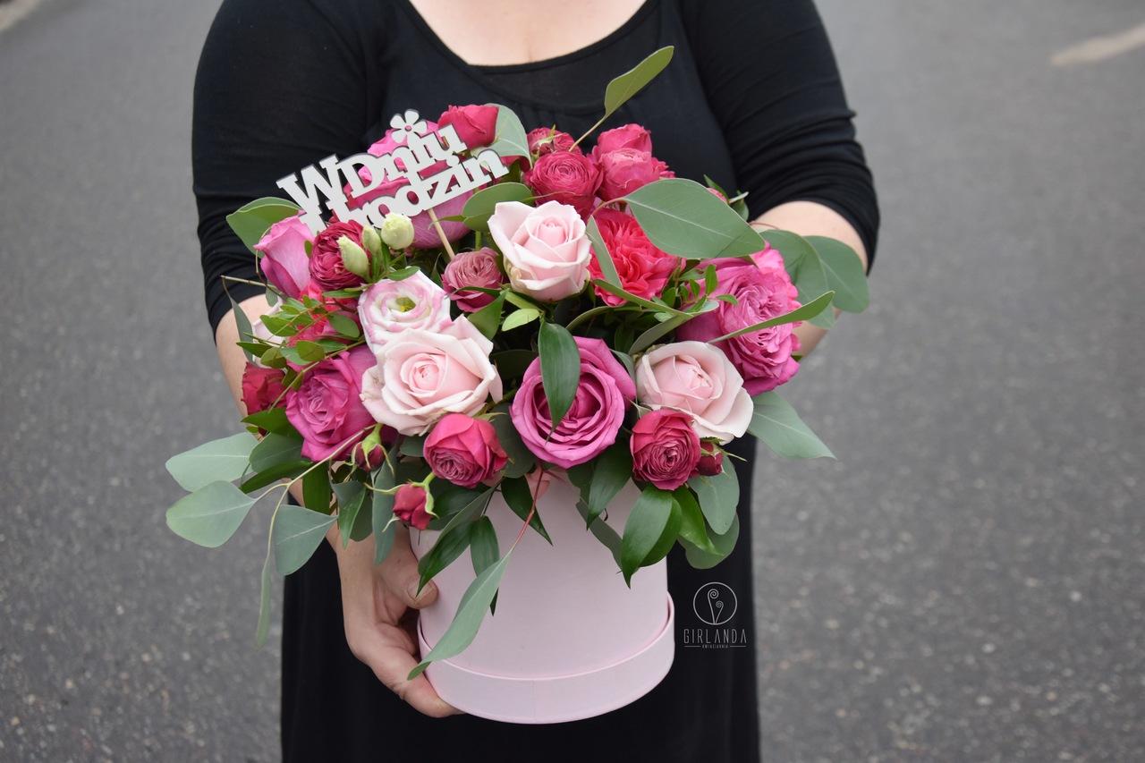 Flowerbox urodzinowy z biało-różową eustomą, goździkami i różami