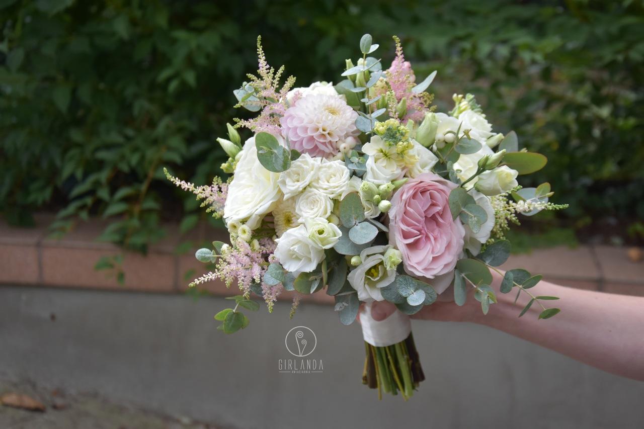 Bukiet ślubny w pastelowych kolorach z białą eustomą