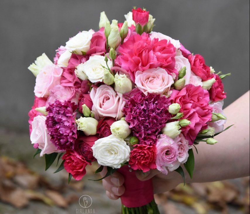 Bukiet ślubny w różowo-malinowych odcieniach z białą eustomą