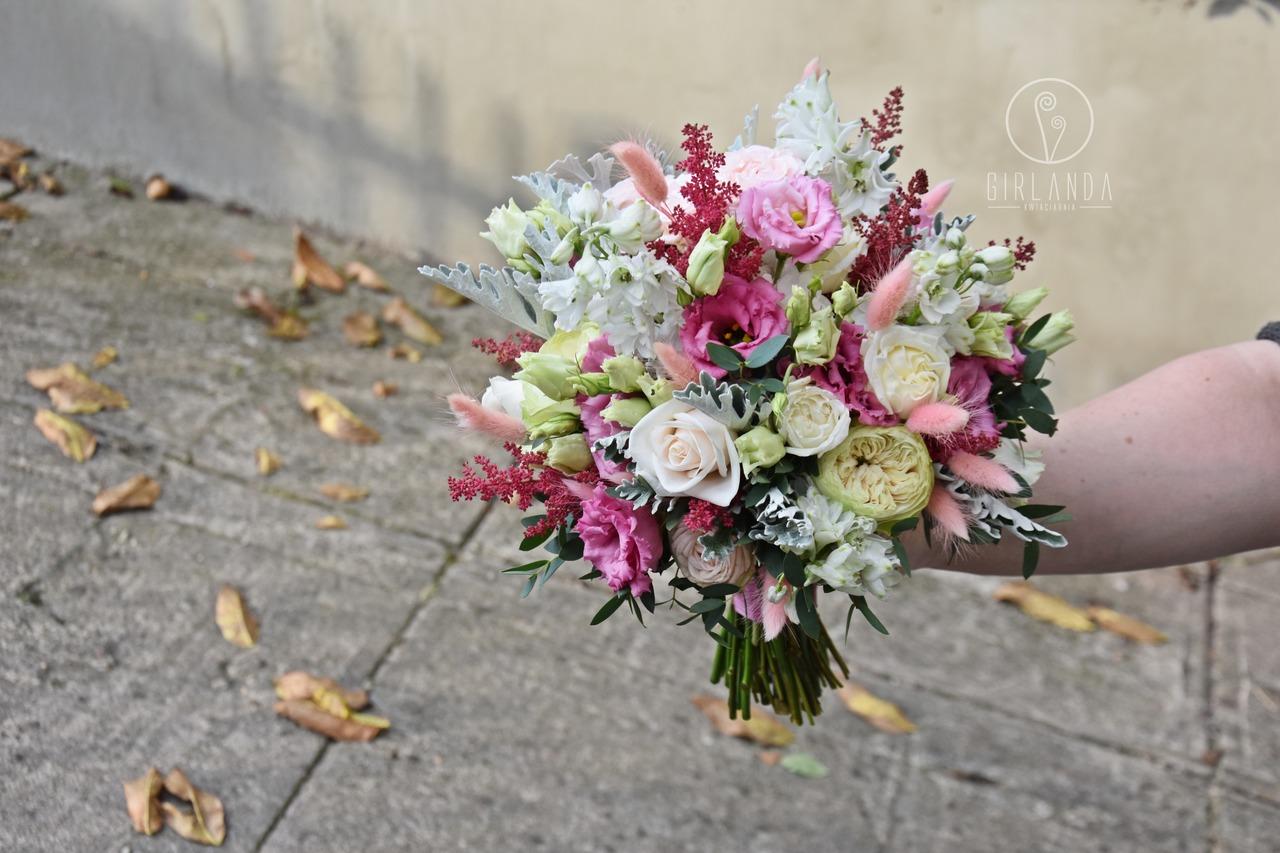 Bukiet ślubny z mieszanych kwiatów z różową eustomą