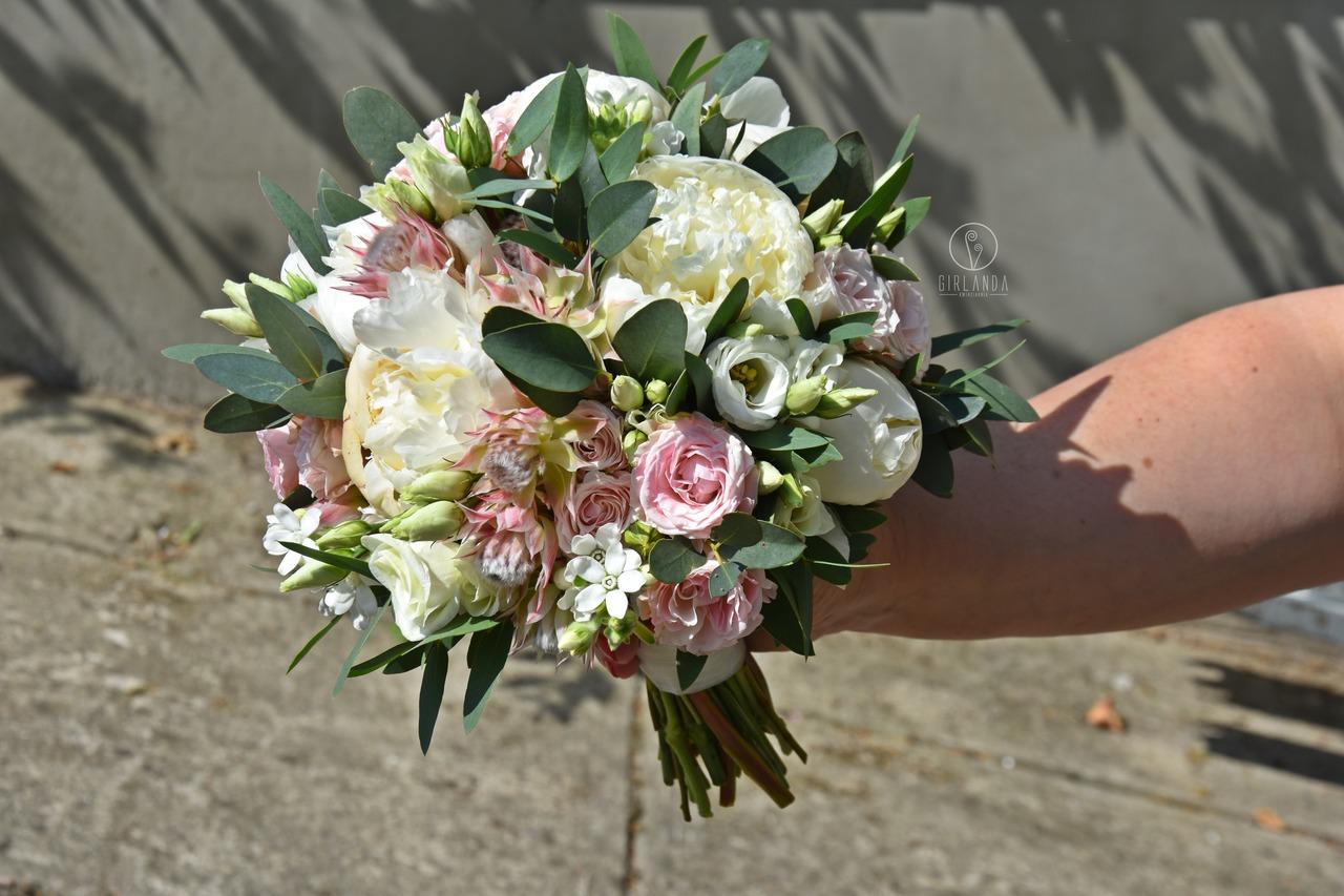 Bukiet ślubny z białą eustomą, piwoniami, różami i eukaliptusem